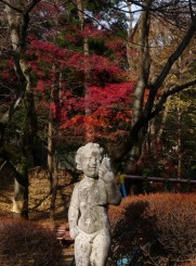 紅葉と少年の像