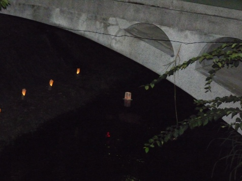 橋の下を通るとうろう