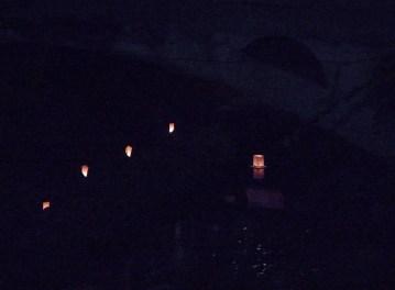 竹行燈(たぶんLED電球)のならんだ川岸をゆく