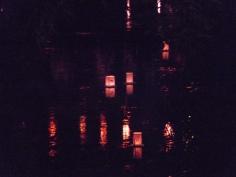 提灯飾りが映る川面をゆくとうろう