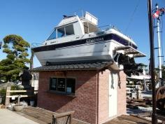 屋根の上にモーターボートがある受付