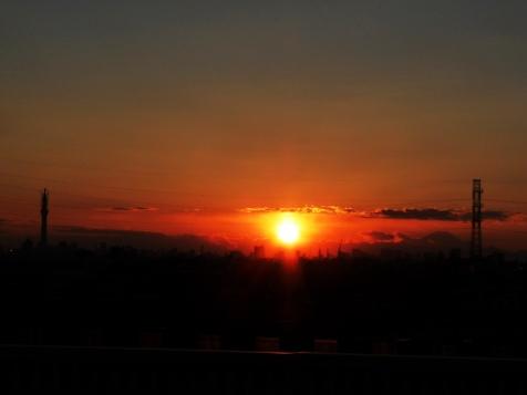スカイツリーと富士山に挟まれた夕日