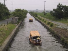 与田浦を行く潮来からの遊覧船