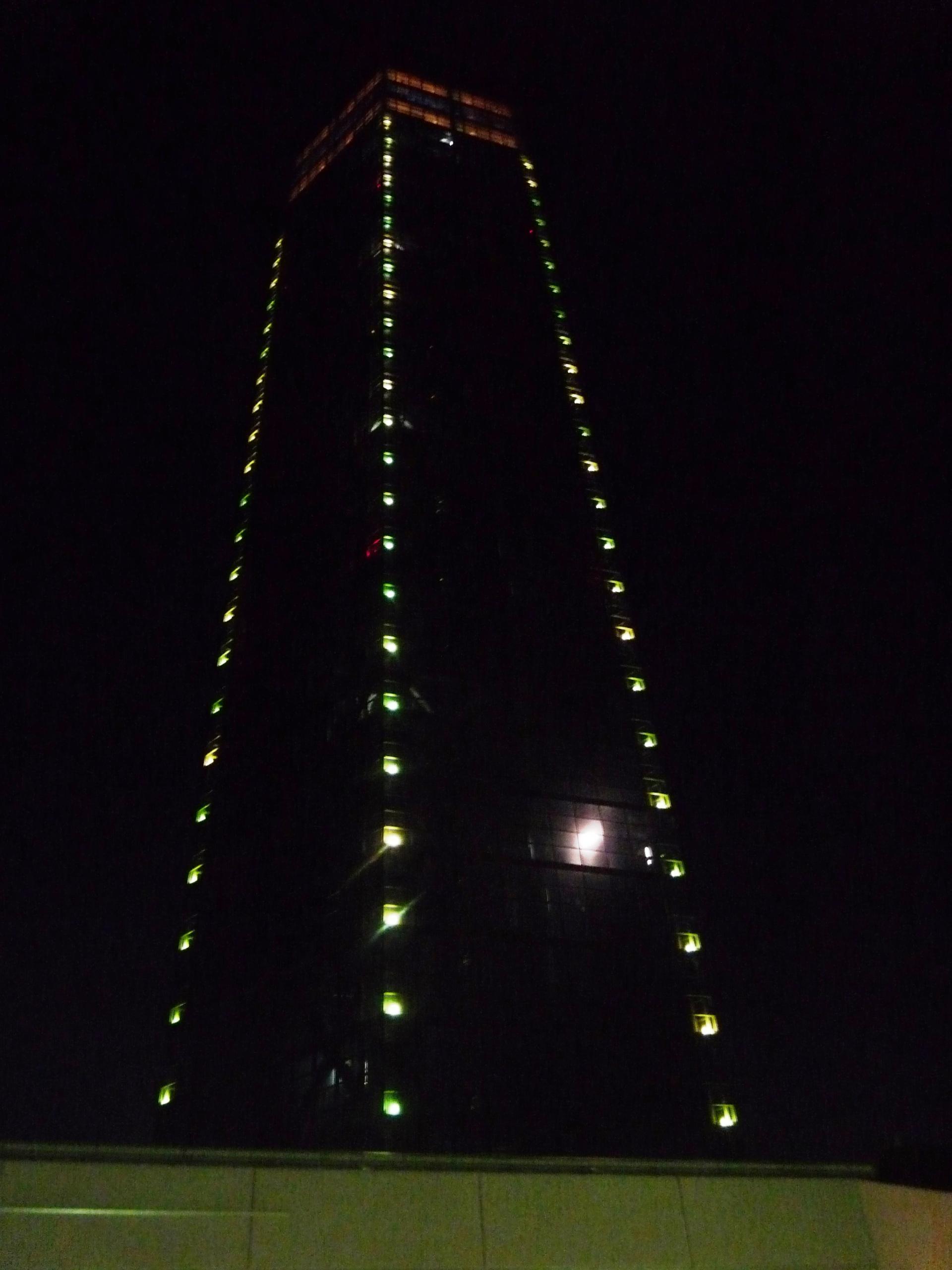 月が写りこむ千葉ポートタワー