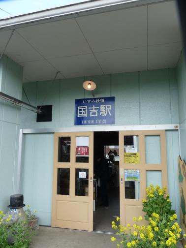ホームからの駅舎への入口