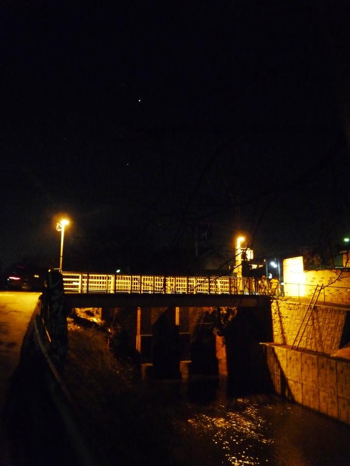 金星と木星と夜のレンガ橋