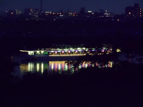 江戸川に停泊する屋形船