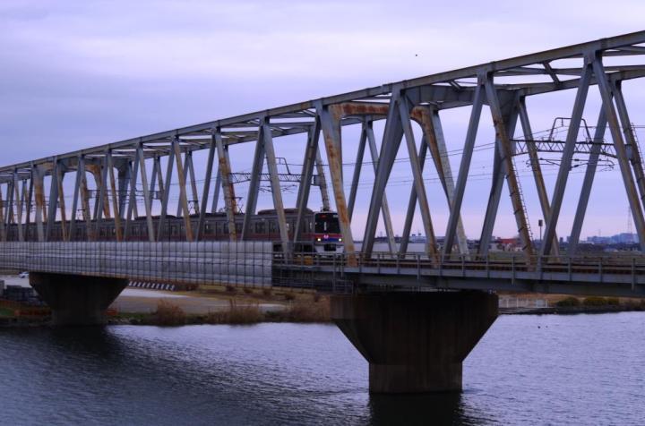 国府台駅方面へ向かう京成電車