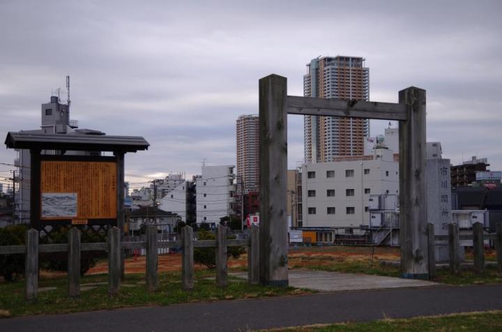 市川関所跡とアイ・リンクタウン展望施設があるツインタワーマンション
