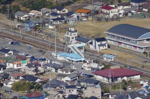 鋸山山頂から見た浜金谷駅にズーム