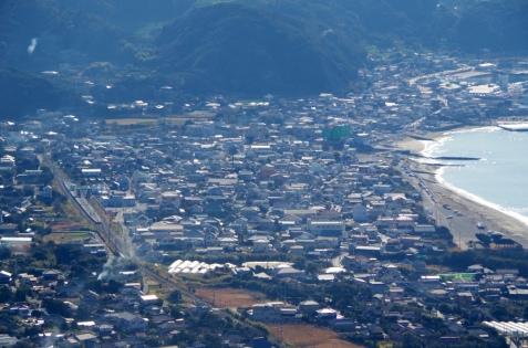 鋸山ロープウェイの山頂から見た保田駅と海岸