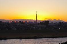 東京タワーとスカイツリーの間に日が沈んだ