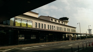 管制塔とターミナルビル