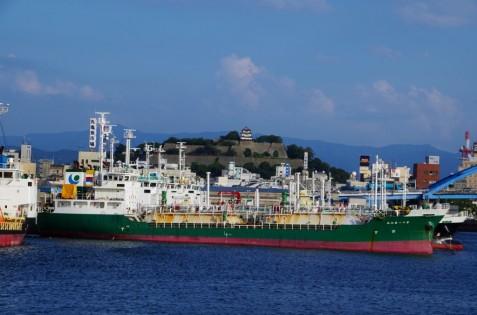 丸亀港から船越しに