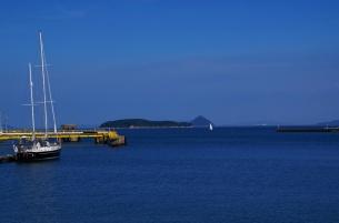 港正面の堅場島と大槌島