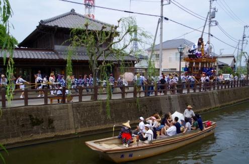 小野川の遊覧船と山車