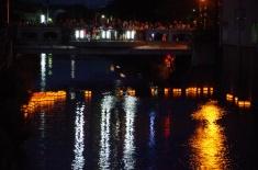 川に広がる灯籠