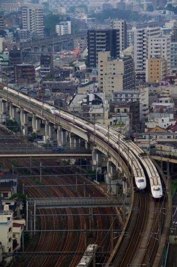 すれ違う新幹線