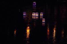 川面を行く灯籠