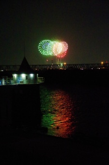 取水塔と花火