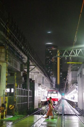 地上ホームに停車中の上り電車とライトダウンのスカイツリー