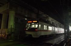 高架下の地上を走る上り電車