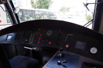 新型車両の運転席