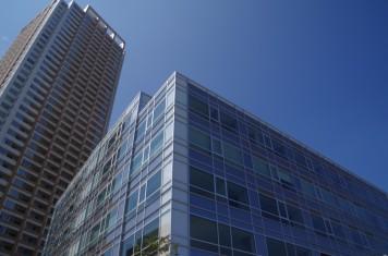 高層マンションと京成本社ビル