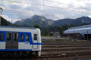 武甲山と特急車両 影森駅にて