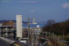 京急線線路越しに見る浦賀水道