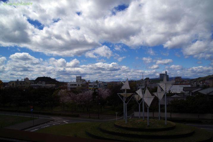 桜と栄駅の「白い森」