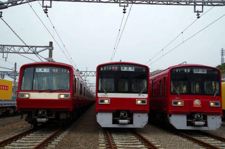 京急の赤い車両s 右は大師線の赤札号
