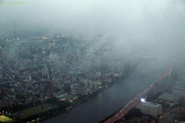 雲で見えない千住大橋方面