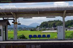 プラットフォーム越しの筑波山