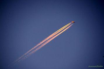 日没後の飛行機雲