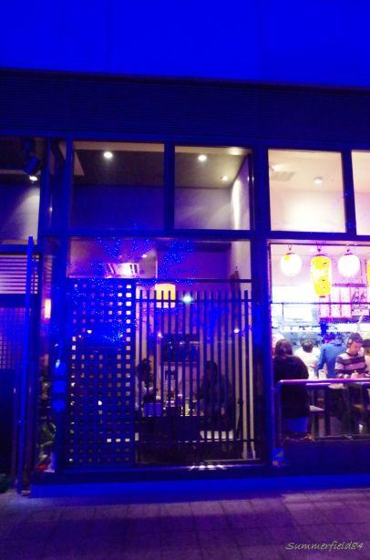 目黒川沿いの焼き鳥屋さん窓に映る青色LED