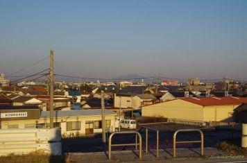 境町バス停と街並みの向こうに見える筑波山