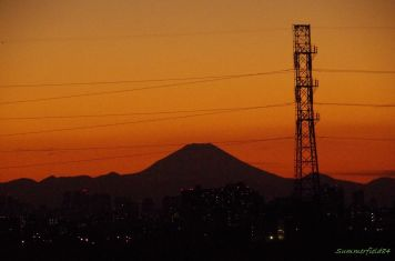 夕焼けに浮かぶ富士山