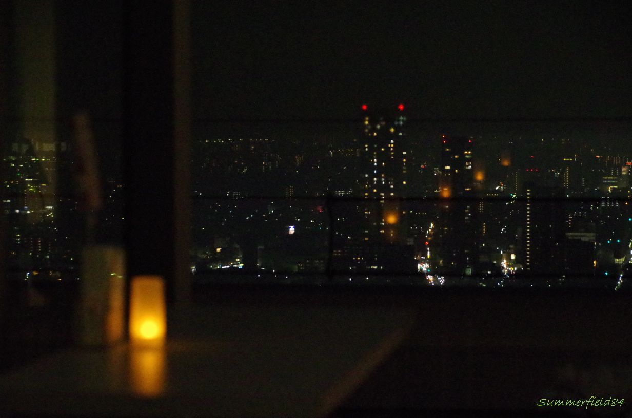 キャンドル(LED)が映る本八幡駅方面