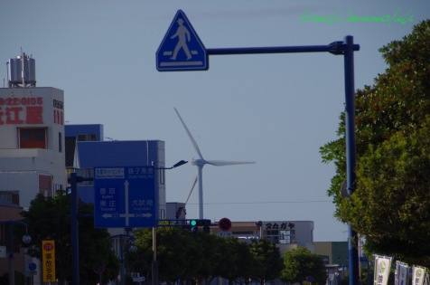 駅前通りの向こうに見える風力発電